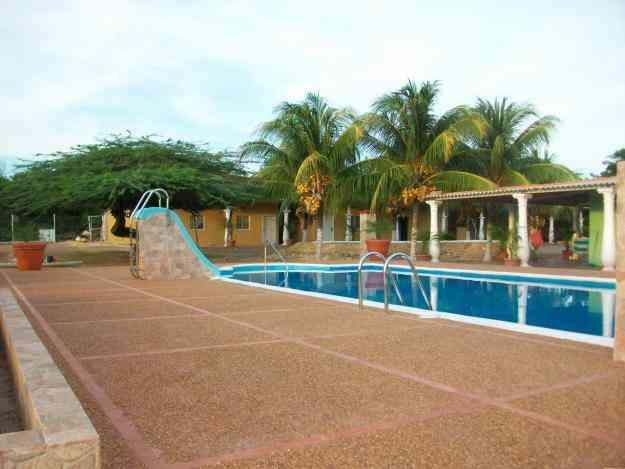 casa de campo con piscinas