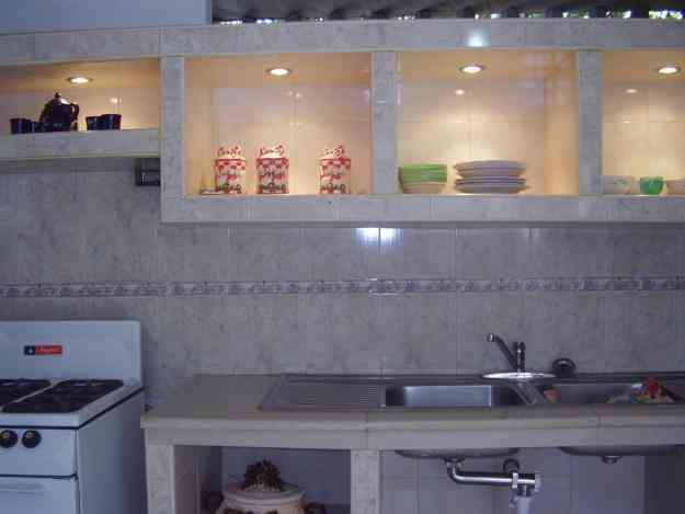 Cocina empotrada en concreto y ceramica imagui for Ceramicas para cocinas modernas